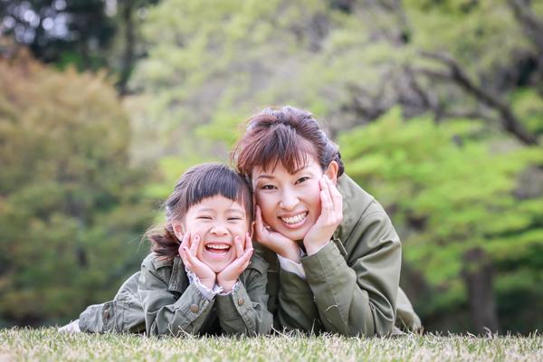 森林公園(愛知県尾張旭市)の芝生に寝転ぶ親子