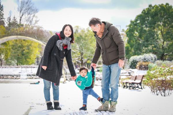 冬の雪景色の公園での家族写真