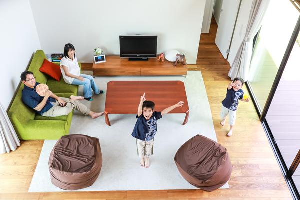 新築のご自宅で家族写真撮影