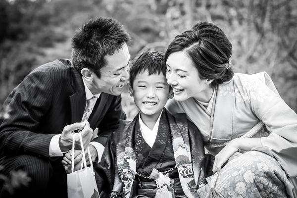 七五三の家族写真 ママもお着物 モノクロ写真