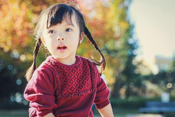 刈谷市のミササガパークで遊ぶ少女 秋の紅葉シーズン