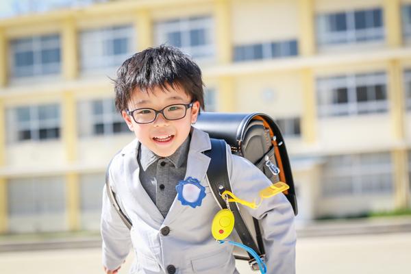 小学校入学式の日の1年生の男の子 ランドセル スーツ