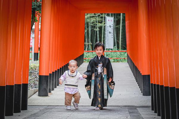 針名神社で七五三 手をつなぐ兄弟 名古屋市天白区