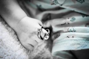 赤ちゃんの手と指輪(リング)