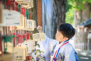 七五三 神社で絵馬を奉納する男の子