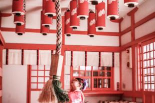 七五三 神社で鈴を鳴らす女の子