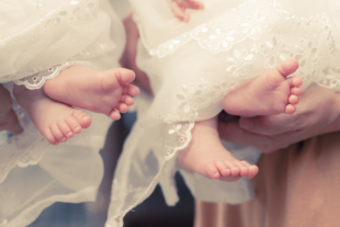 お宮参り 双子の赤ちゃんの足