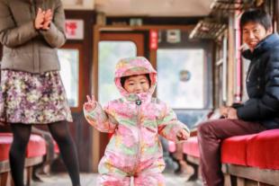 電車の中で家族写真 1歳の女の子