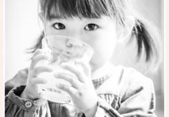 お茶を飲む女の子 モノクロ