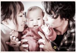 赤ちゃんにキスするパパとママ
