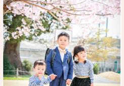 桜の木の下で兄弟写真