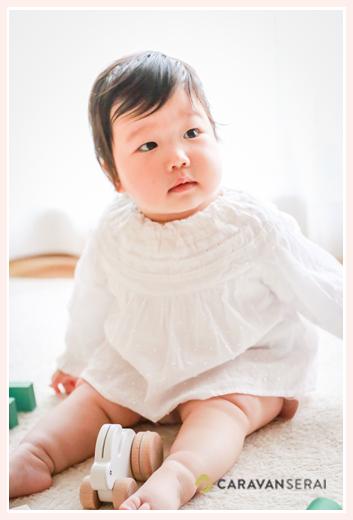 1歳のお誕生日を迎えた女の子 ナチュラルな白いドレス