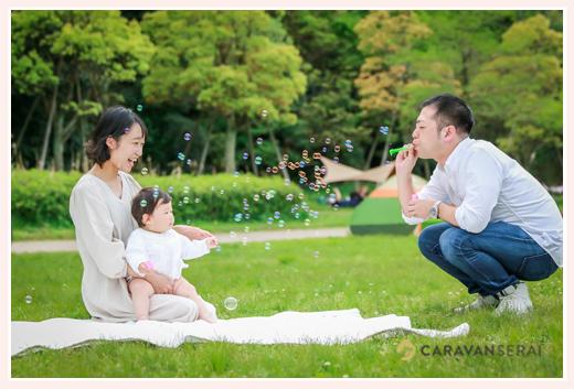 公園でシャボン玉をする親子