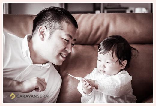 女の子赤ちゃんとパパ モノクロ写真