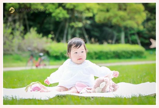 芝生の上に座る1歳の女の子