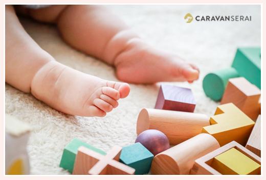 赤ちゃんの足と積み木