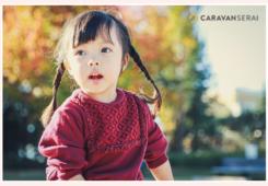 木々が紅葉した公園で遊ぶ女の子
